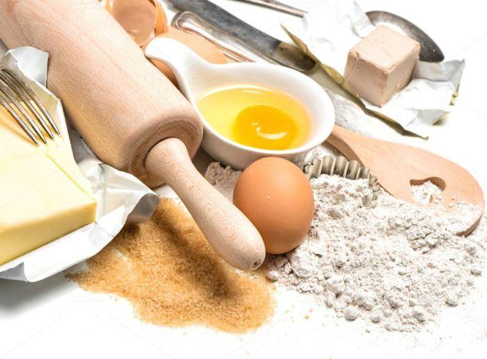 Sử dụng dụng cụ đánh trứng để giúp bánh tơi xốp hơn